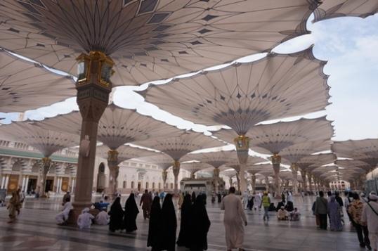 Berjalan menuju masjid